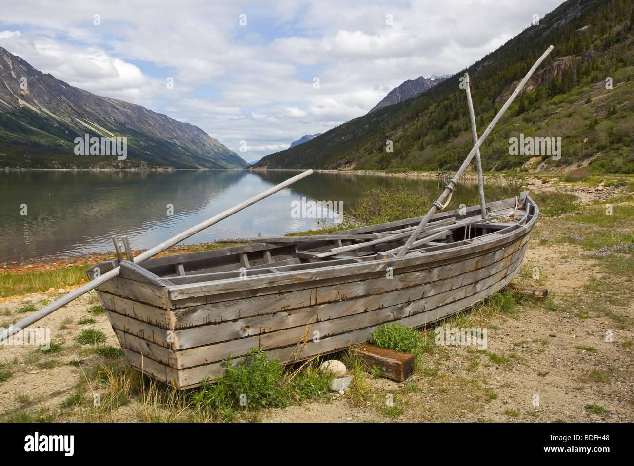 Rué vers l'or, la barque des Yukonners ! Historische-holzerne-boot-am-ufer-des-lake-bennett-bennett-klondike-gold-rush-chilkoot-pass-chilkoot-trail-yukon-territory-bri-bdfh48