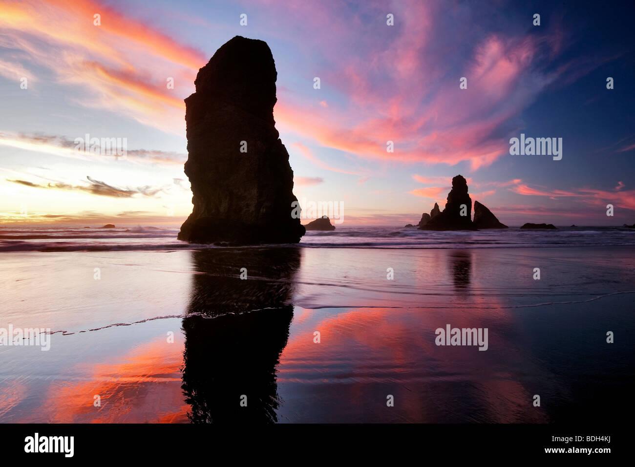 Ebbe und Sonnenuntergang Reflexion an Samuel H. Boardman State Scenic Korridor. Oregon Stockbild