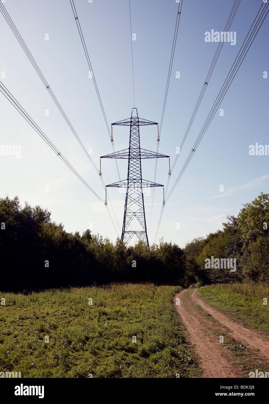 Strom Stromversorgung Bauernhof neben Feldweg auf der Durchreise Stockbild