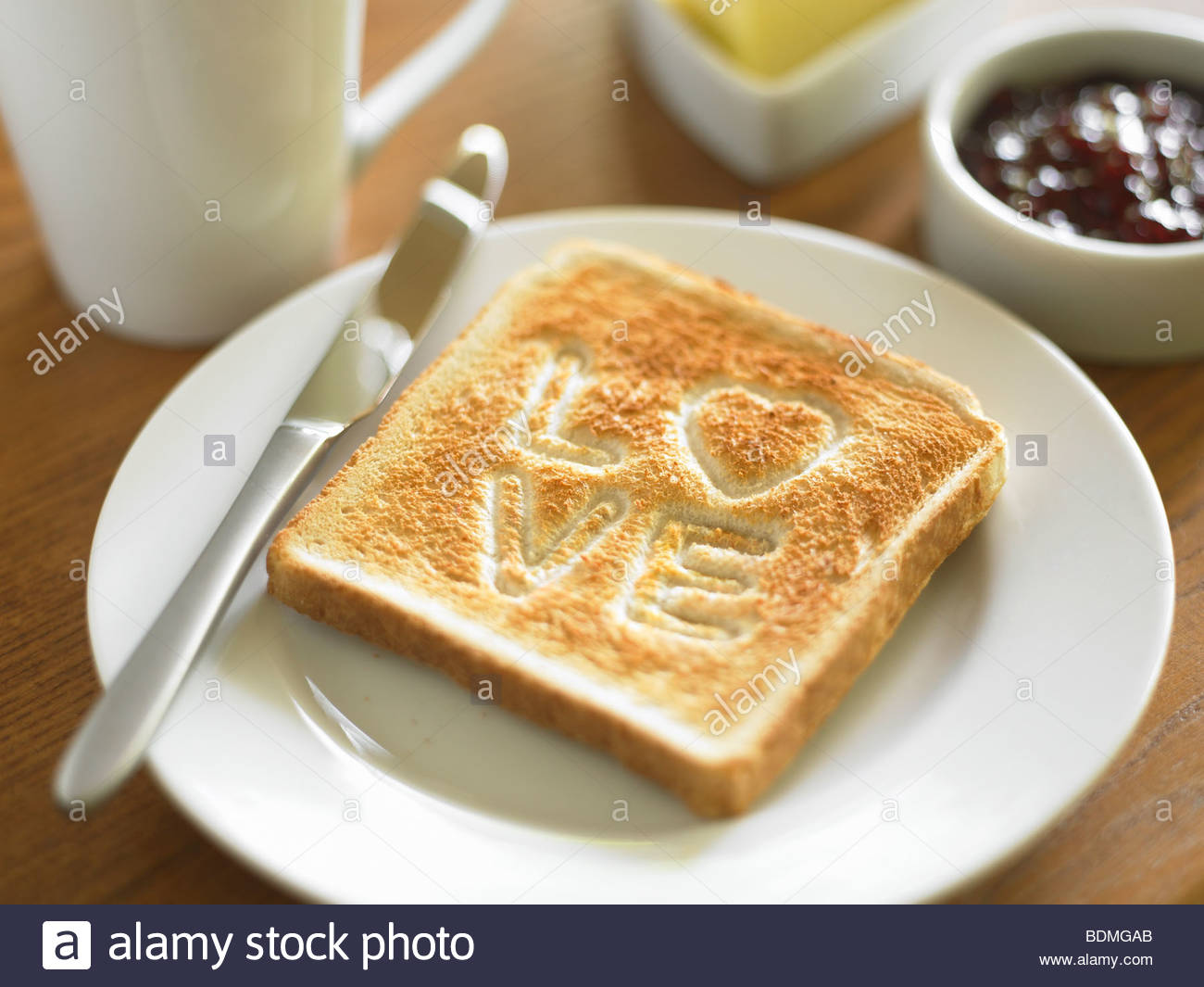 Toast mit dem Wort Liebe gekocht in Oberfläche Stockbild