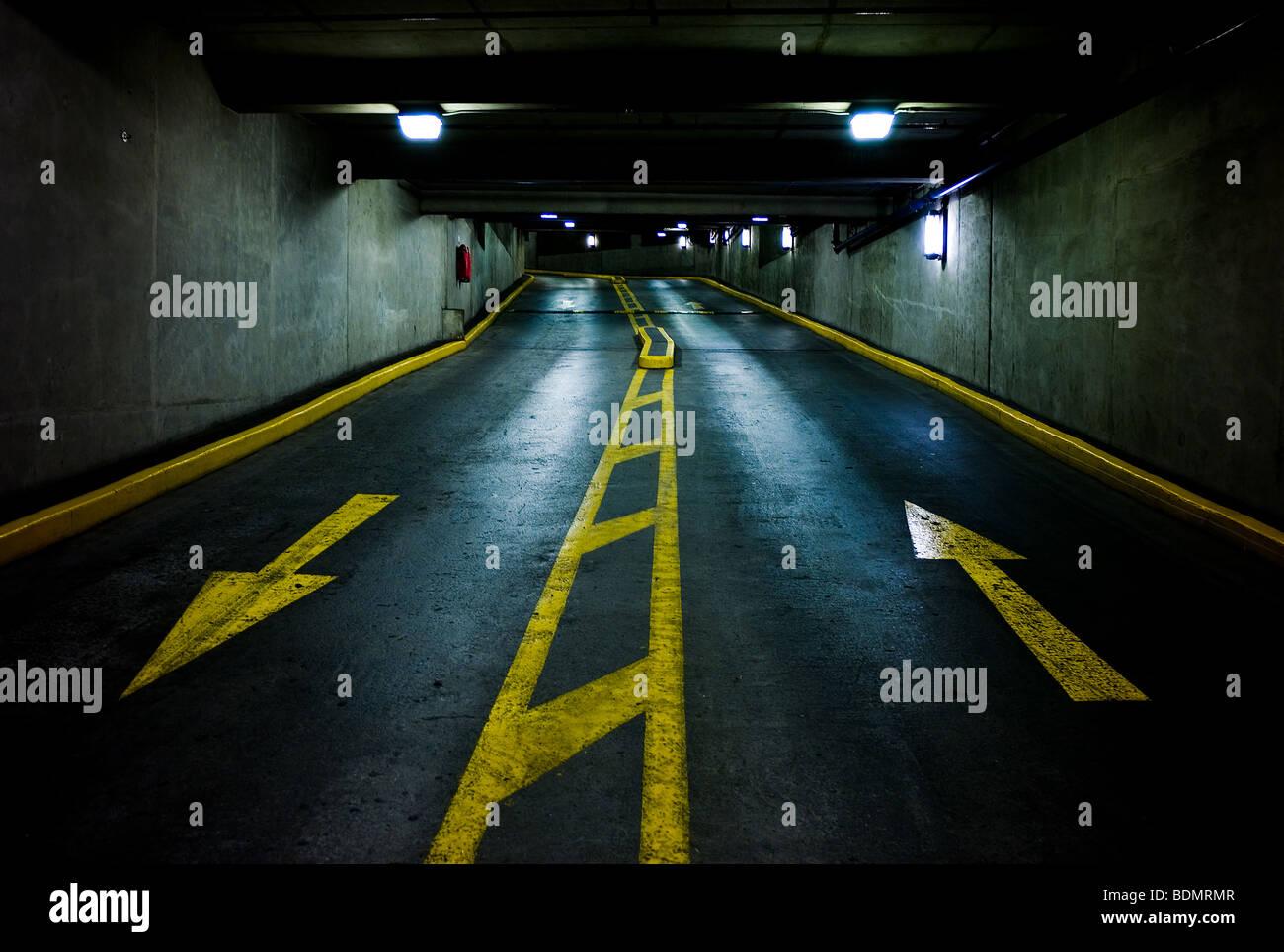 Oben und unten Pfeile in einer mehrstöckigen Parkplatz garage Stockbild