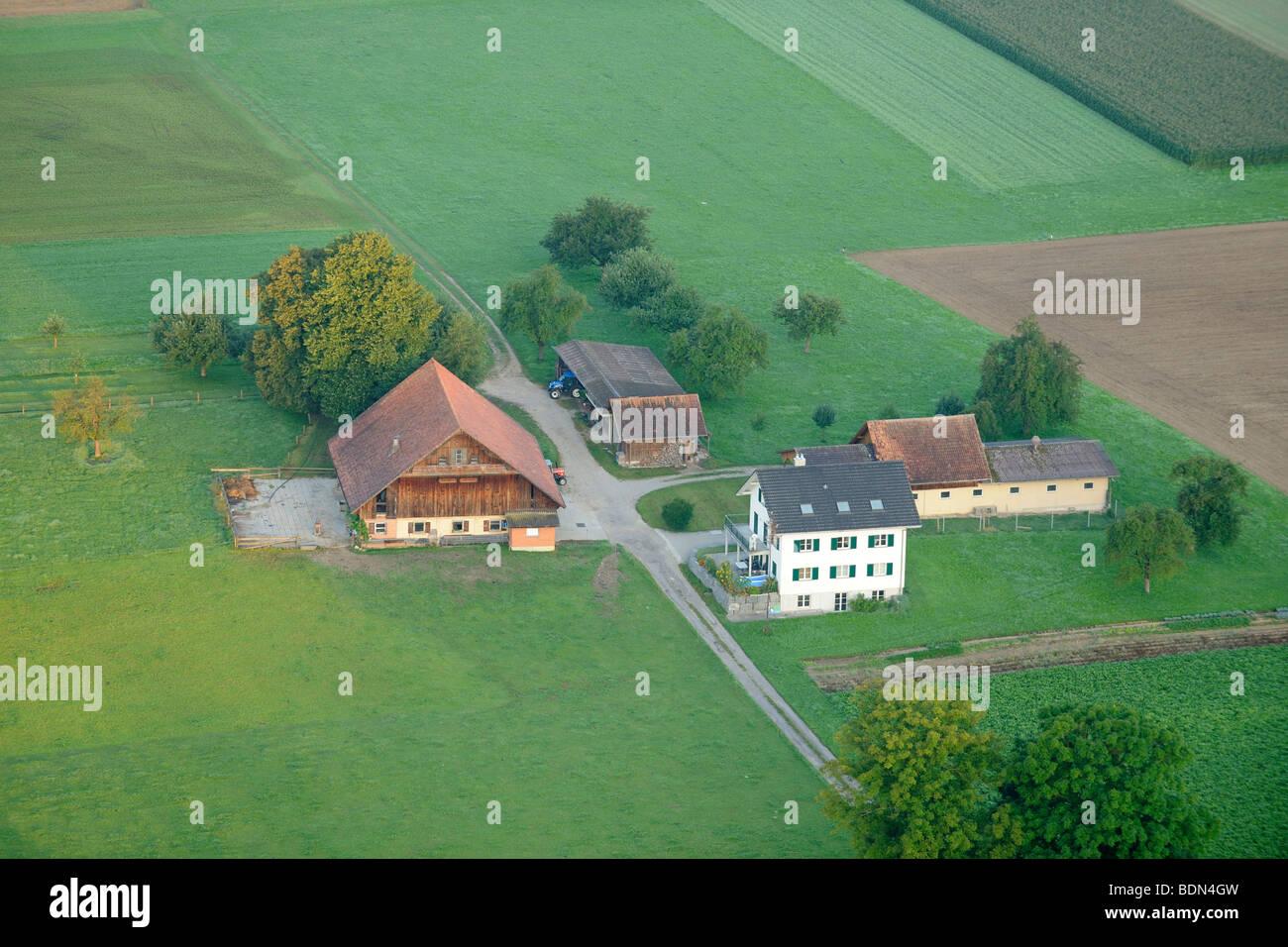 Ein typischer Schweizer Bauernhof von oben, Buttisholz, Schweiz, Europa Stockbild