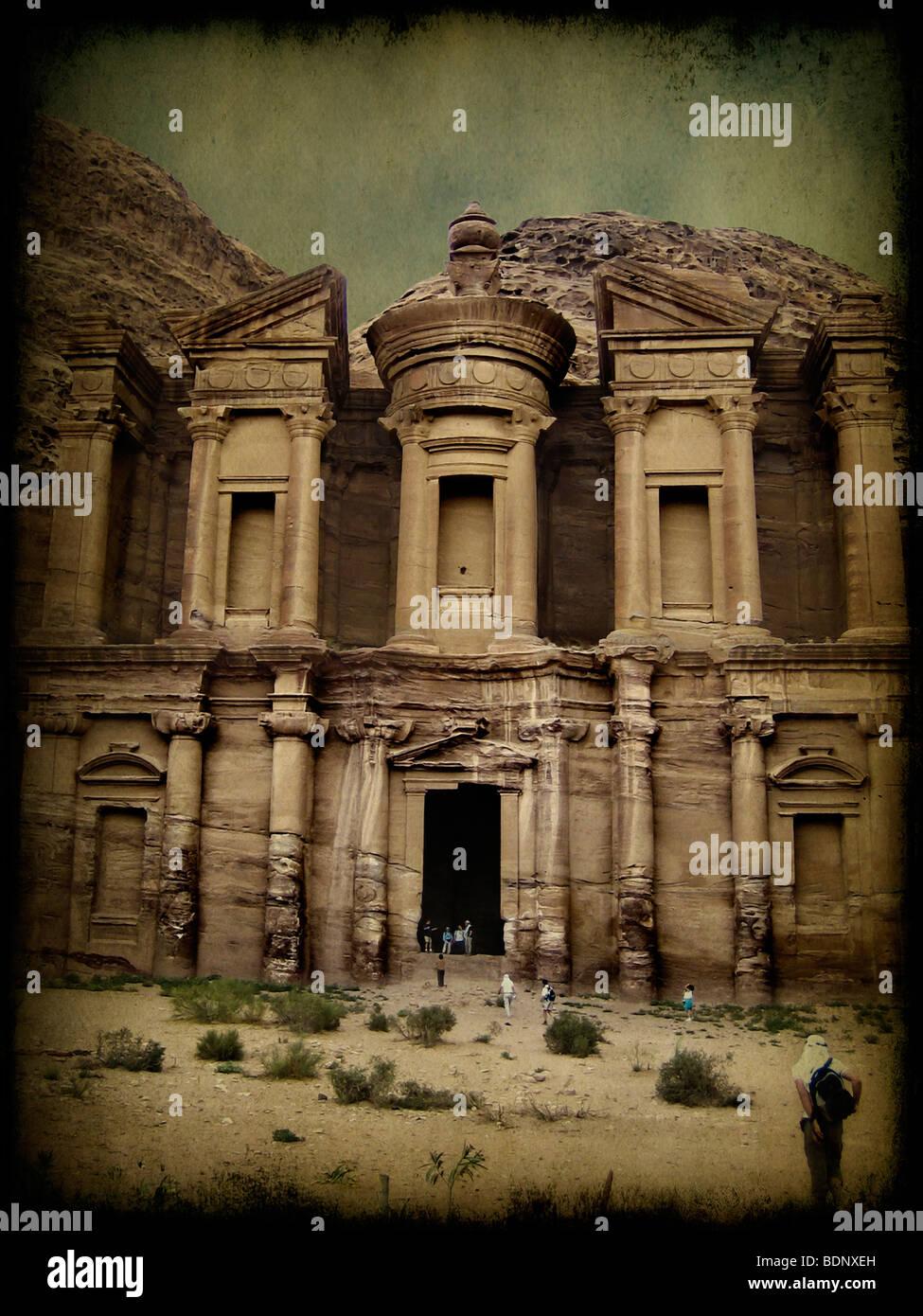 Antike Denkmal in Petra mit Touristen Stockbild
