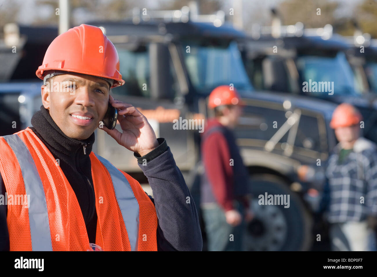 Ingenieur, telefonieren mit einem Handy Stockbild