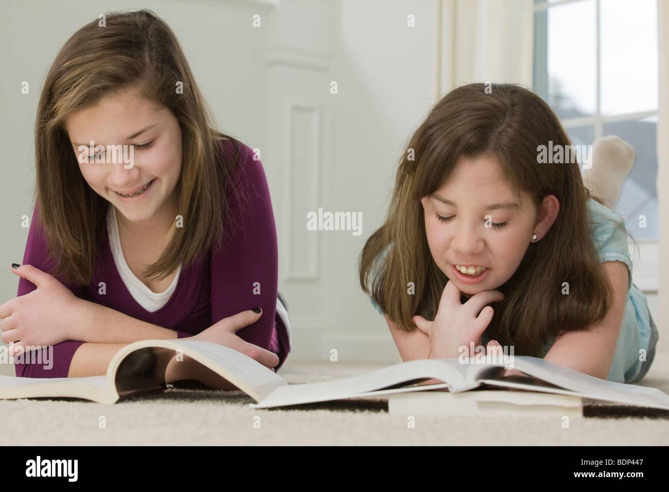 Zwei Mädchen im Teenageralter gemeinsam studieren Stockbild