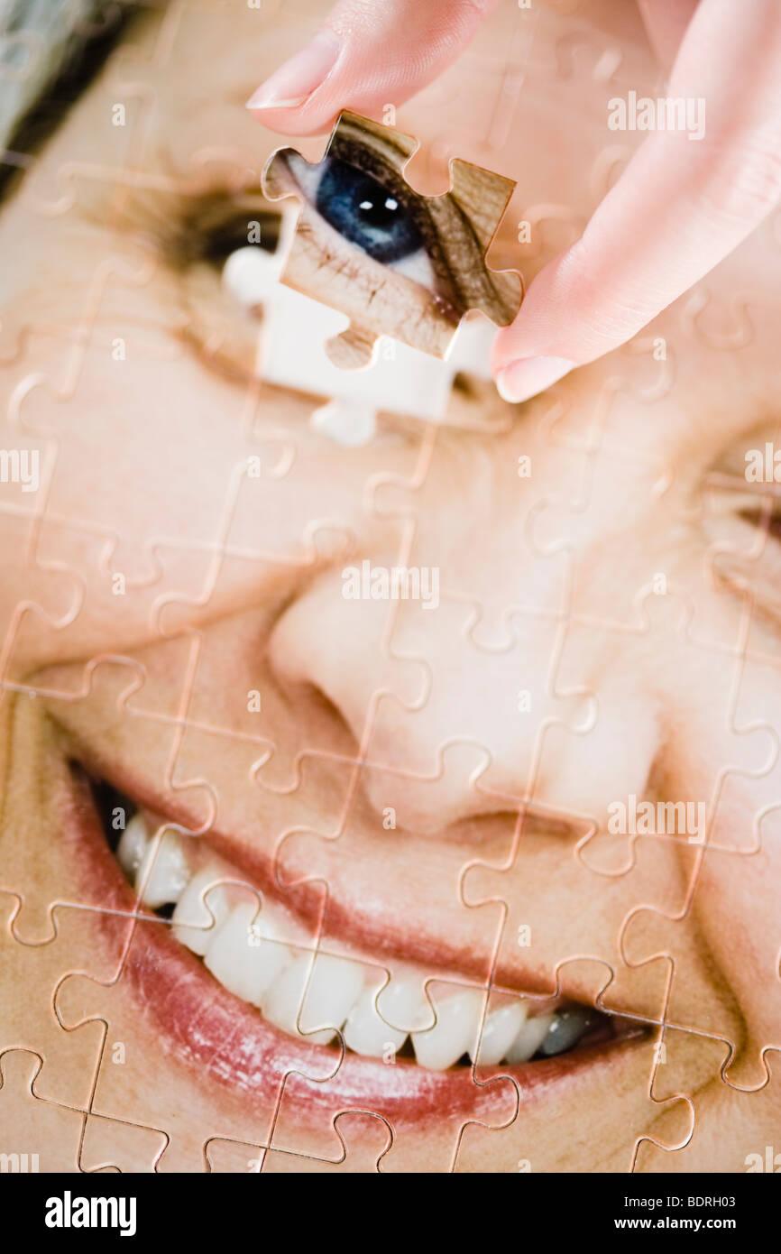 Ein Puzzle mit dem Bild einer Frau. Stockbild