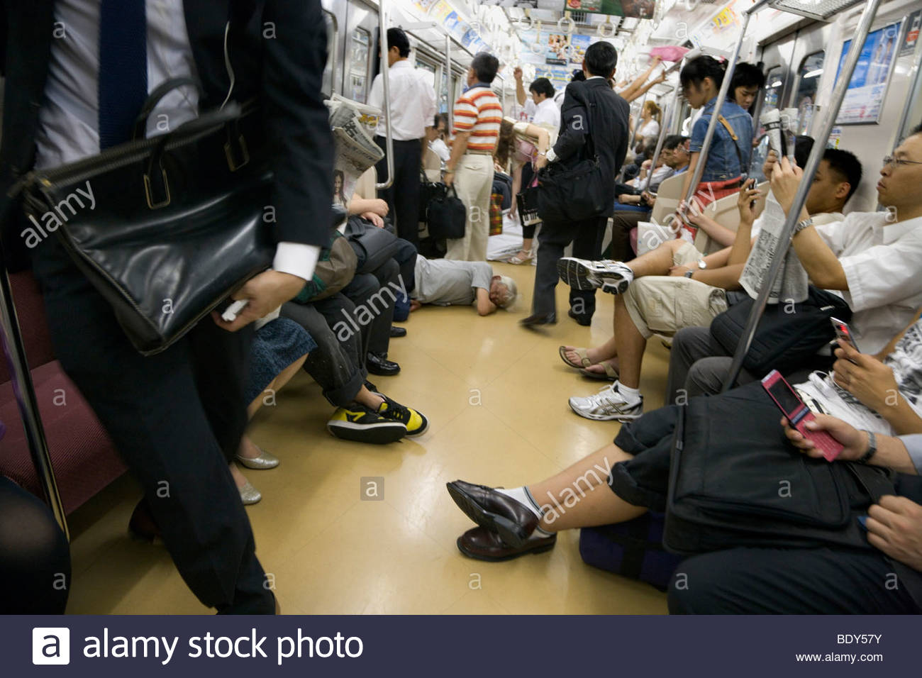 homeless man tokyo japan stockfotos homeless man tokyo japan bilder alamy. Black Bedroom Furniture Sets. Home Design Ideas