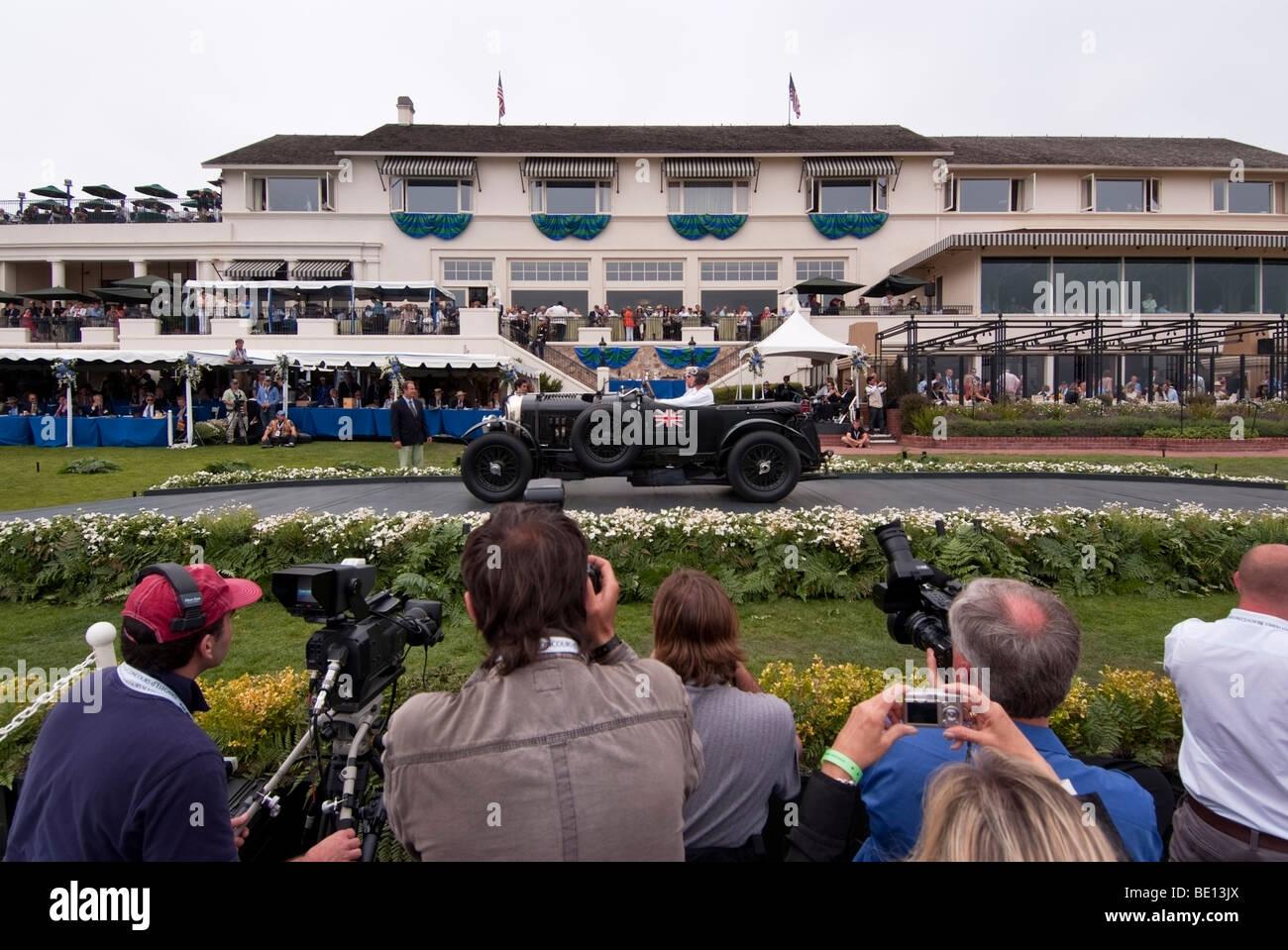 Bentley Automobile auf der großen Bühne vor der Lodge at Pebble Beach in Pebble Beach Concours d ' Stockbild
