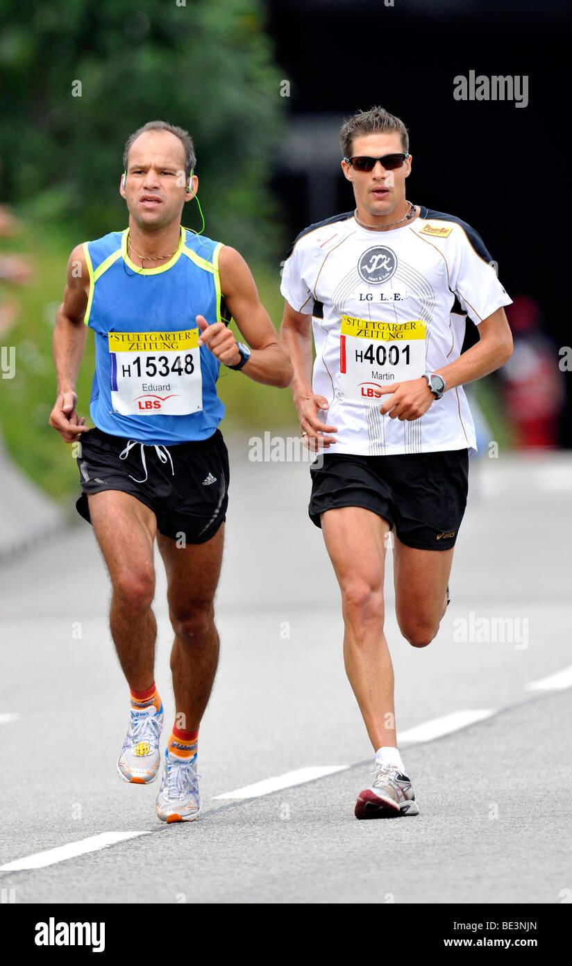 Eduard Scherer, Deutschland, Runner-up, links, und Martin Beckmann, Deutschland, Kategoriesieger, Halbmarathon in Stockbild