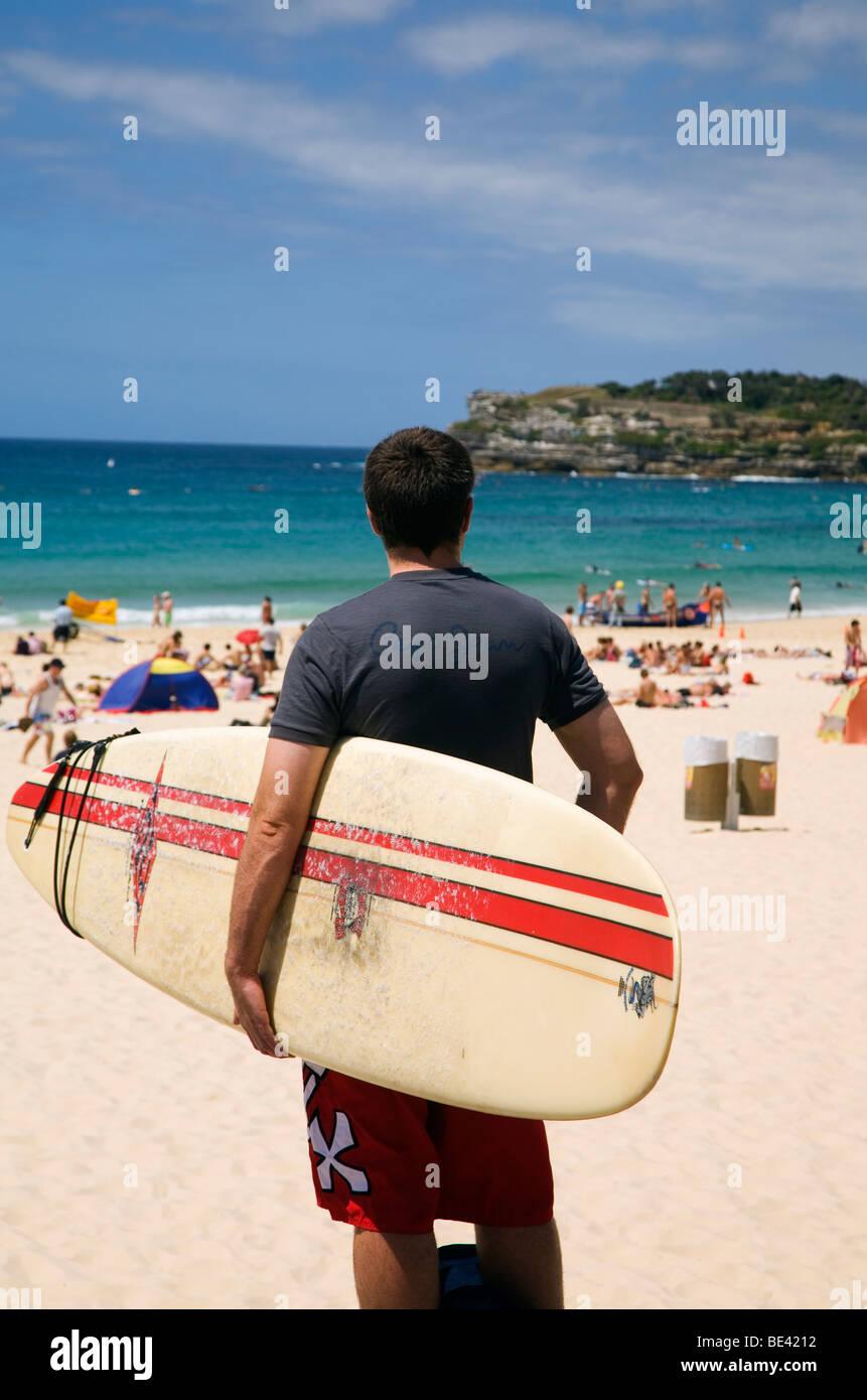 Eine Surfer blickt auf Bondi Beach. Sydney, New South Wales, Australien Stockbild