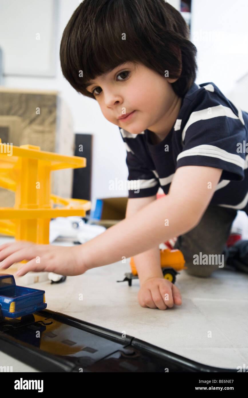 Kleiner Junge spielt mit Spielzeugautos, Nahaufnahme Stockbild
