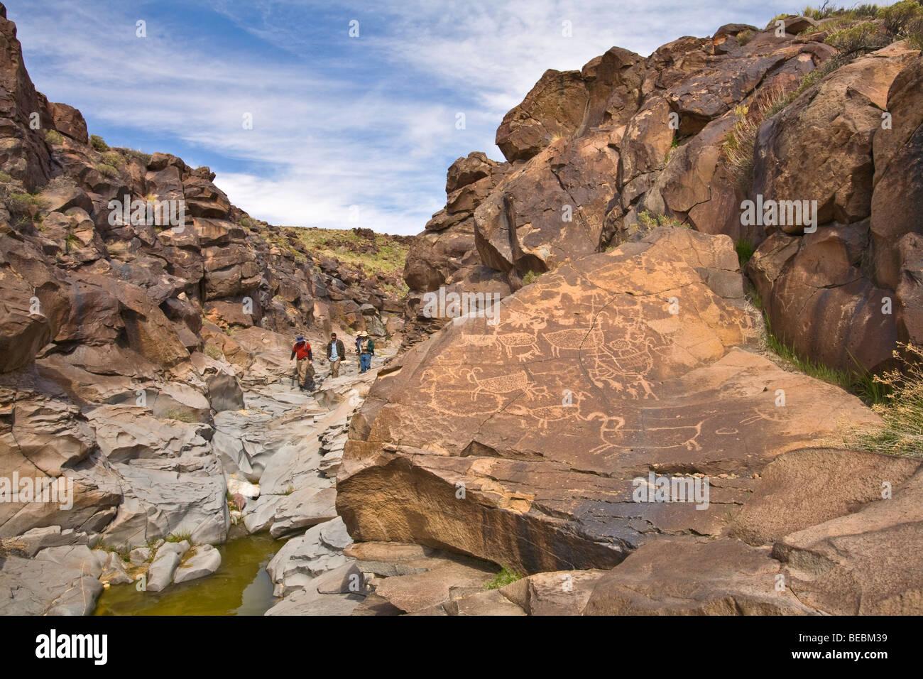 Wanderer auf Tour durch kleine Petroglyph Canyon auf China Lake Naval Air Weapons Station, Ridgecrest, Kalifornien, Stockbild