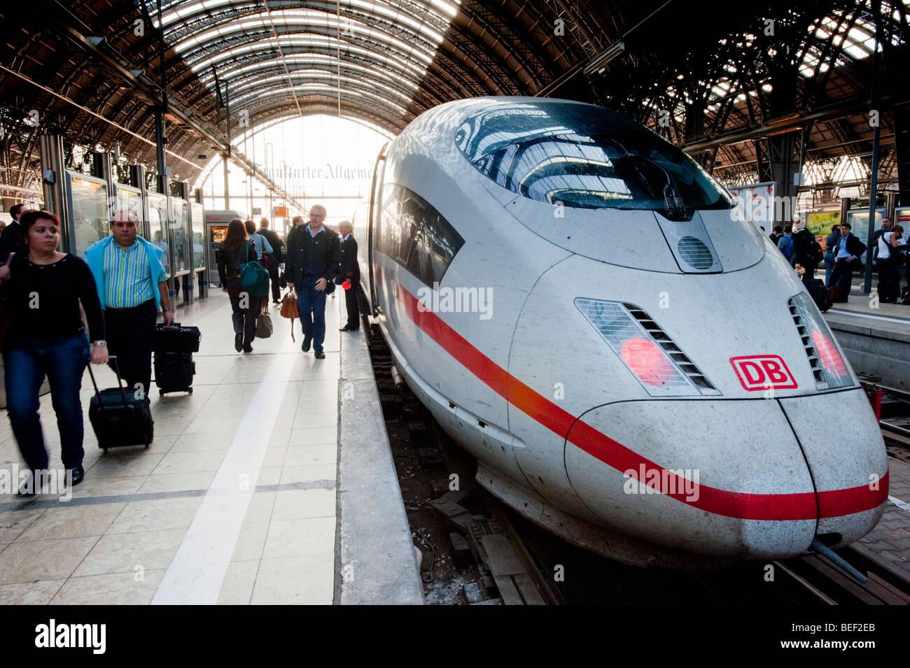 Inter City ICE Zug am Bahnsteig am Frankfurter Hauptbahnhof Stockbild