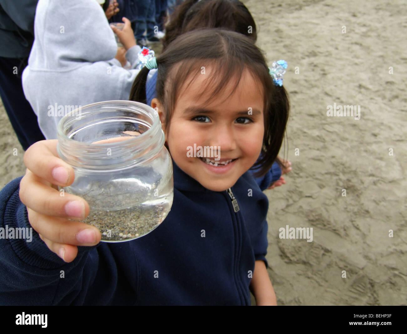 Girl zeigt Glas auf Exkursion Stockbild