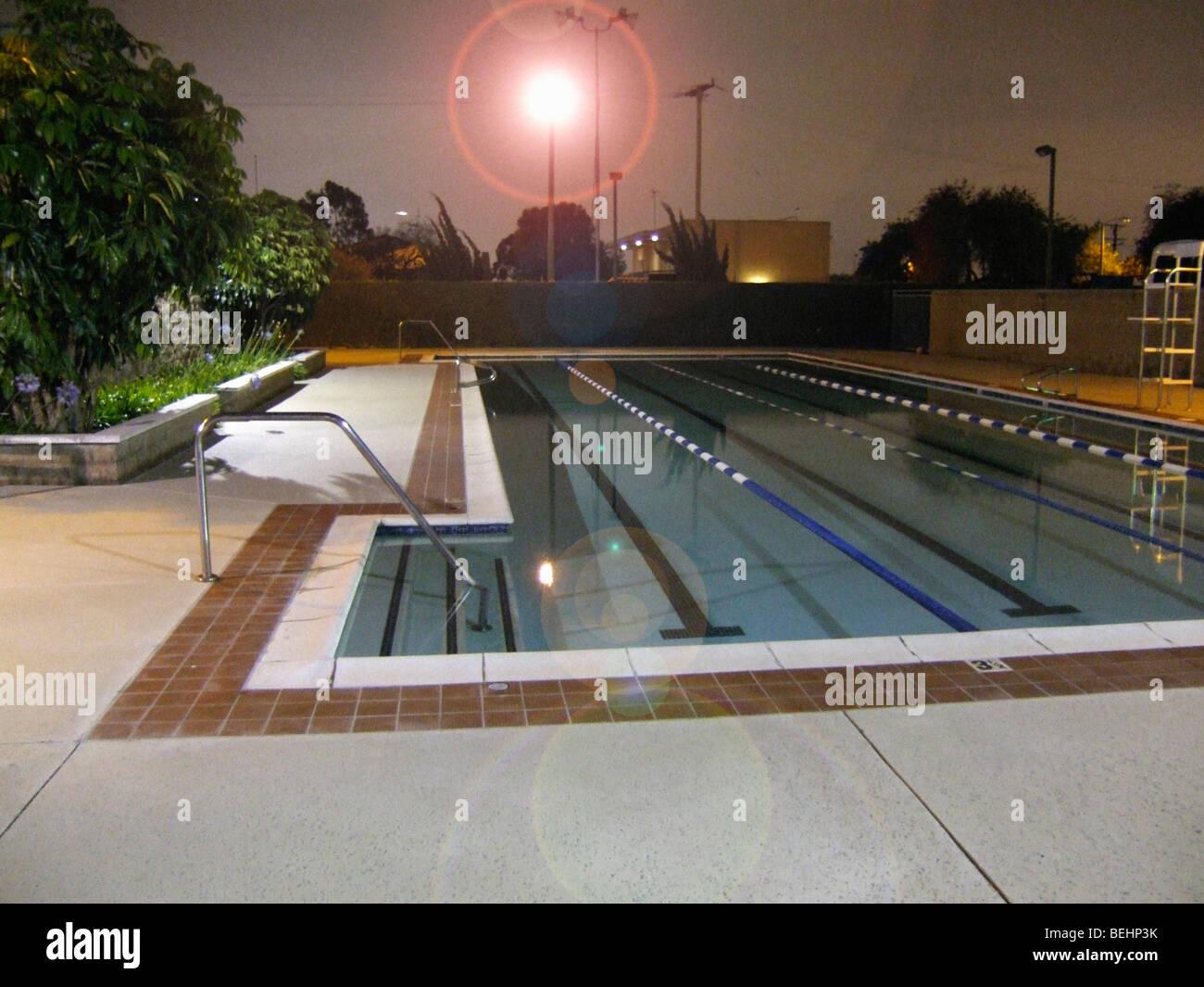 Öffentliches Schwimmbad in der Nacht Stockbild