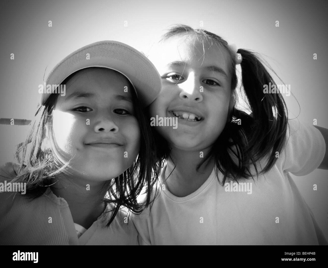 Mädchen sitzen auf Baseball steht, schwarz / weiß Stockbild