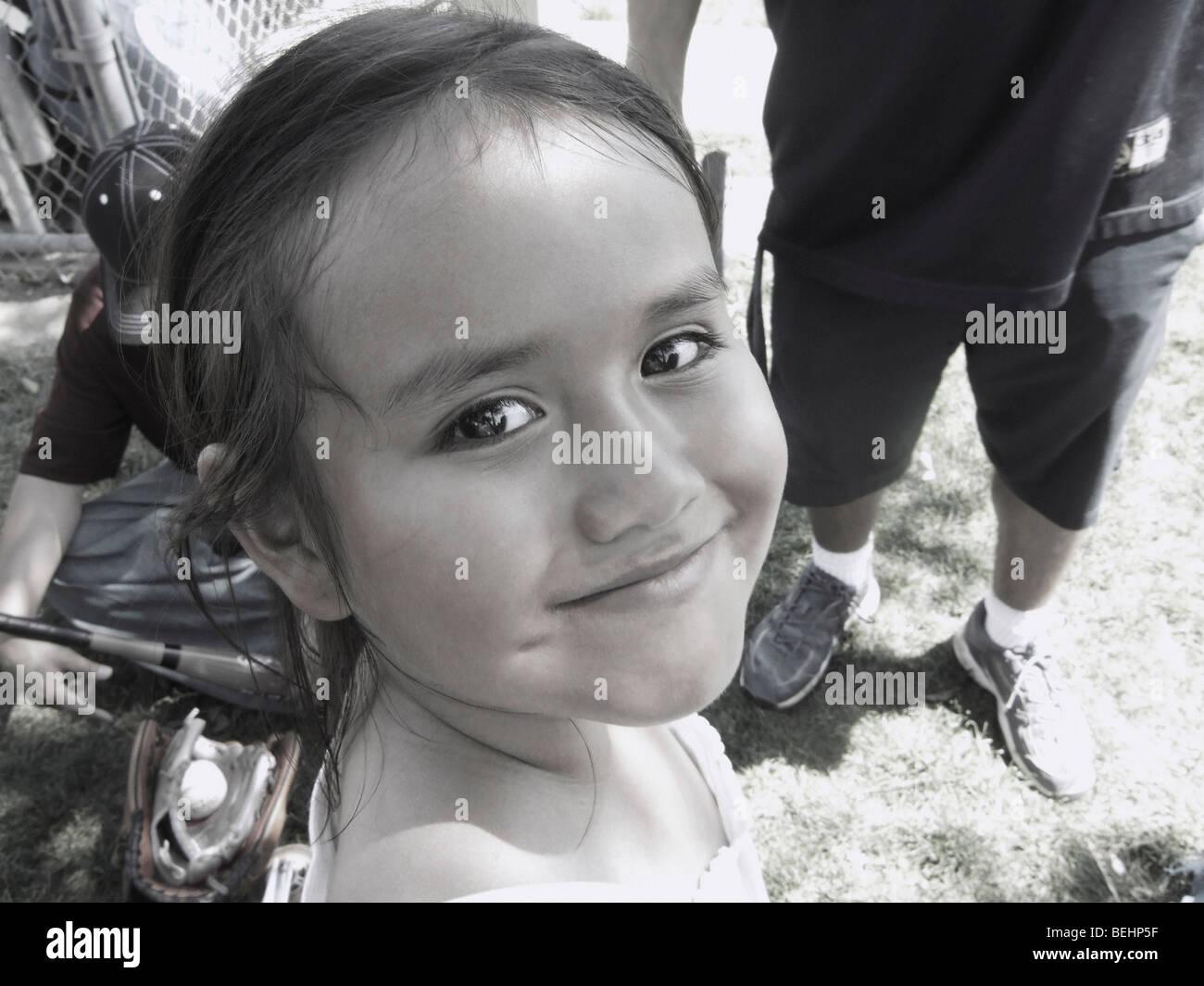 Junges Mädchen lächelnd Stockbild