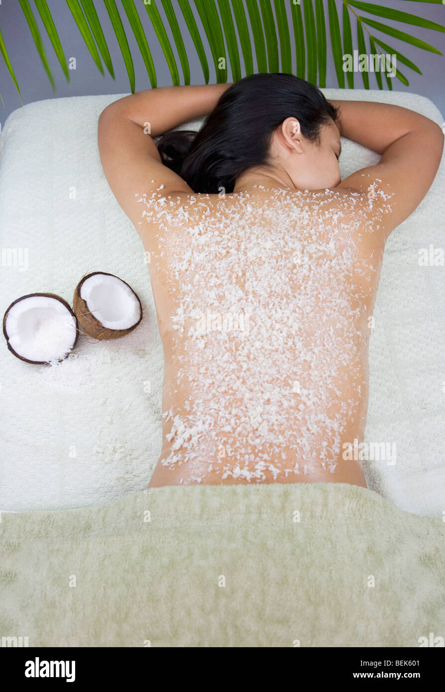 Frau, die eine Bio Peeling-Behandlung Stockbild