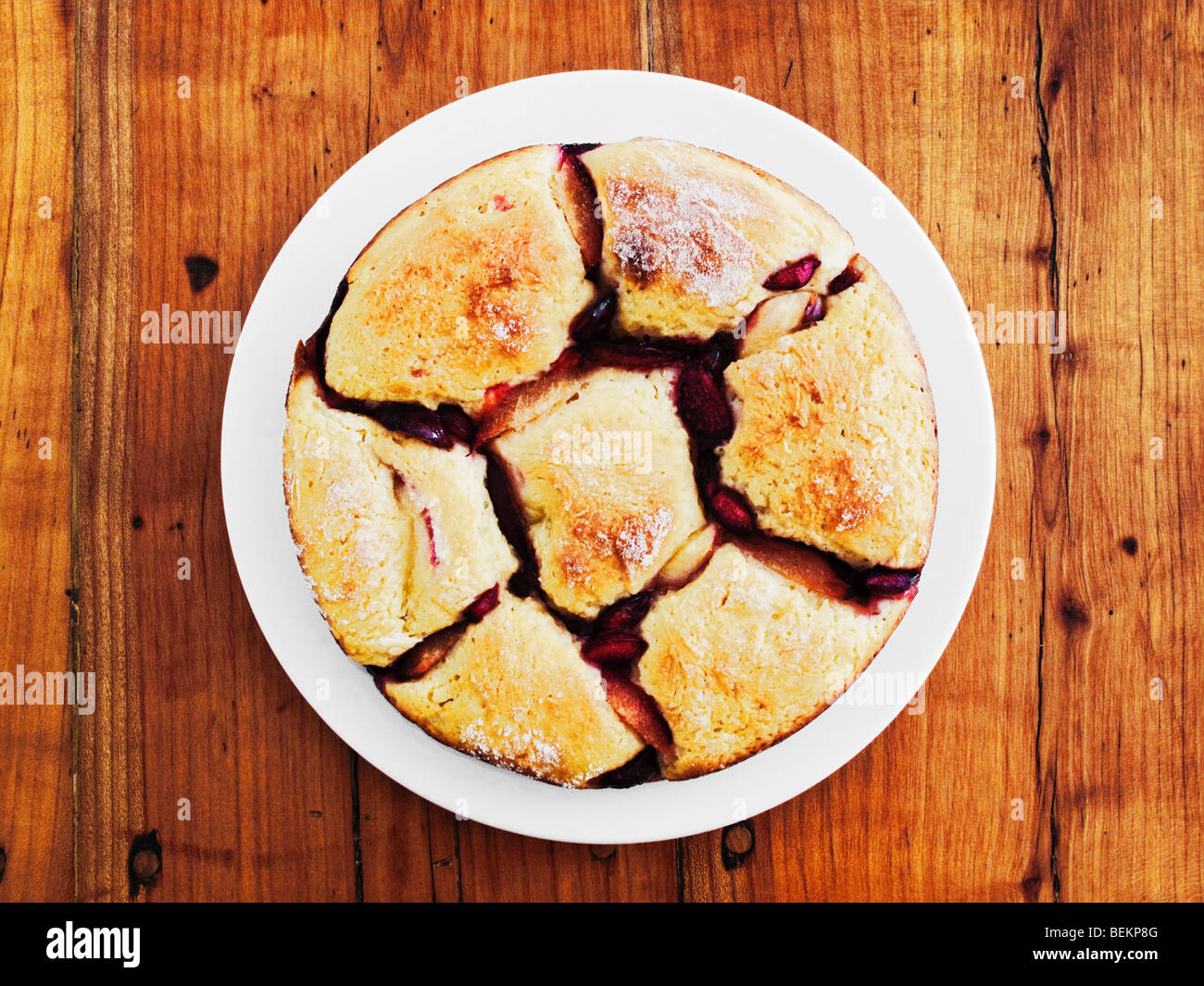 Österreichische Semmelknödel mit Früchten auf rustikalen Holztisch Stockfoto