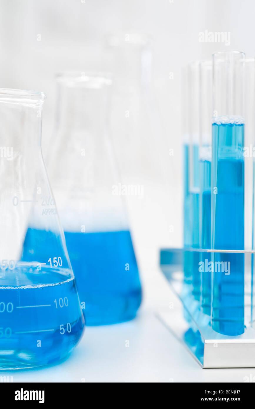 Bechergläser, Reagenzgläser, die blaue Flüssigkeit Stockbild
