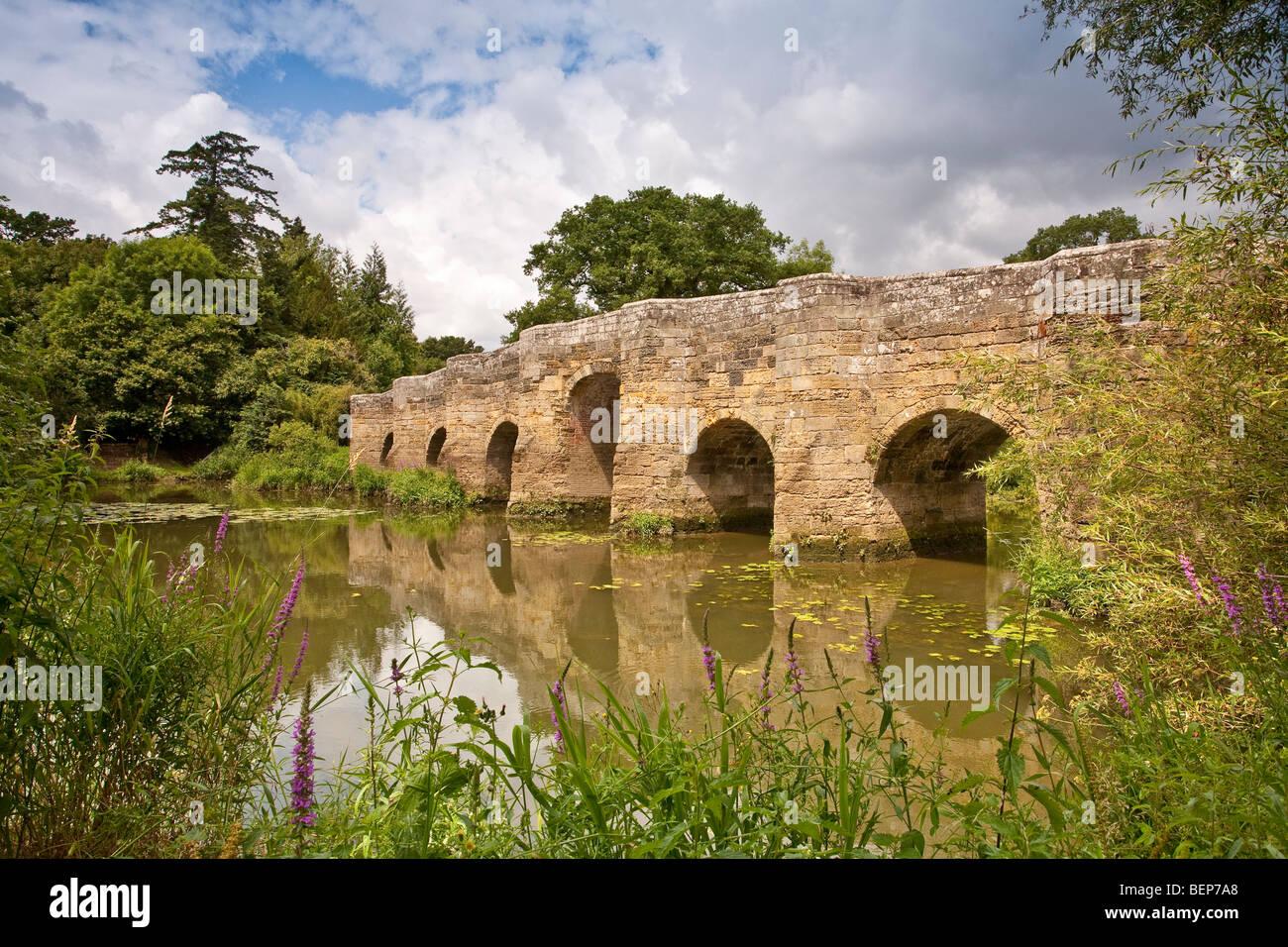 Alte Stopham-Brücke über den Fluss Arun nahe Pulborough West Sussex England Stockbild