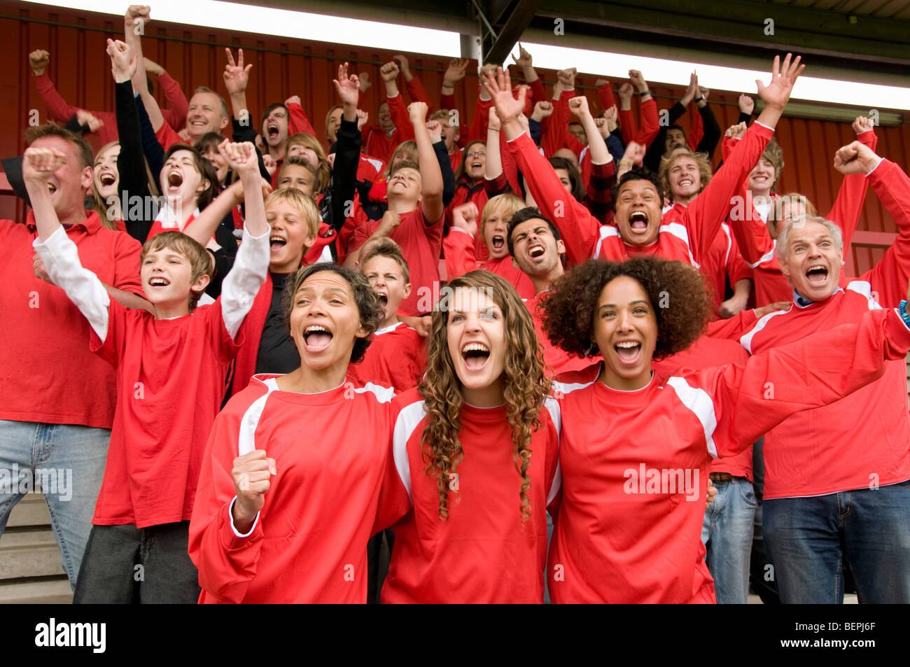 Gruppe von Fußball-Fans feiern Stockbild
