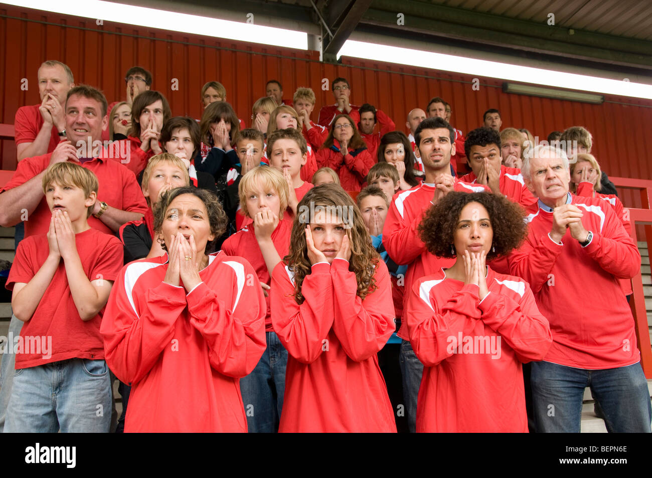 Gruppe von nervösen Fußballfans Stockbild