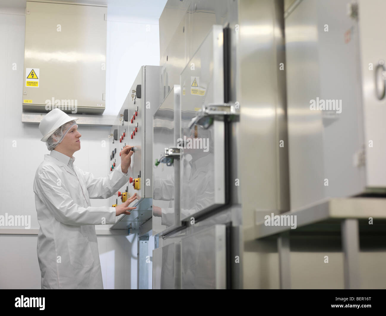 Essen Arbeiter am Bedienfeld Stockbild