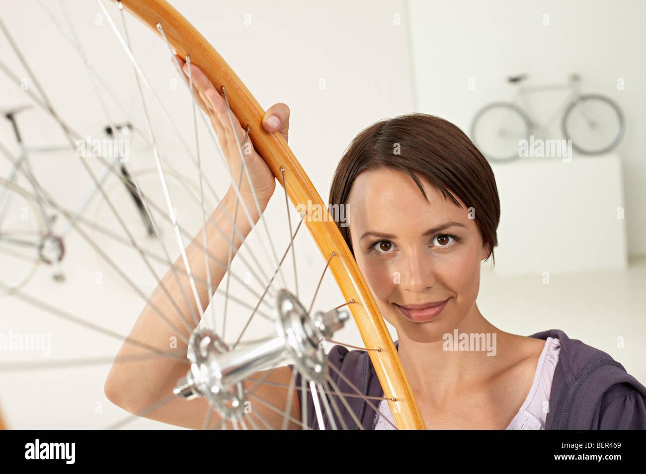 Frau mit Rad im bikestore Stockbild