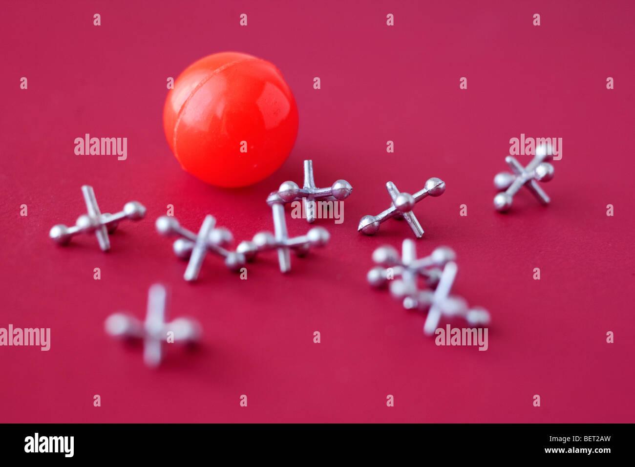 Spiel-Buchsen und die Kugel auf rot Stockbild