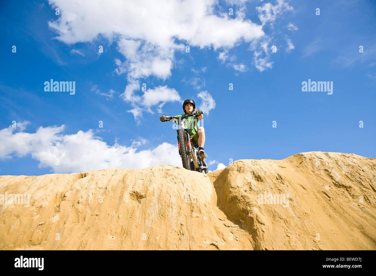 Teenager Mountainbiker, Blick von unten Stockbild