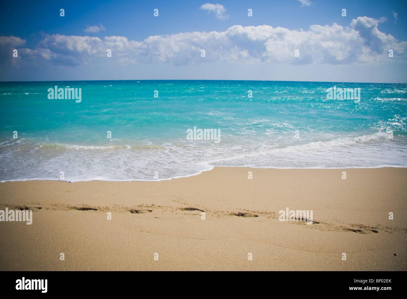 Fußspuren im Sand und herrliche blaue Meer in Miami Beach. South Beach Miami Florida USA Stockbild