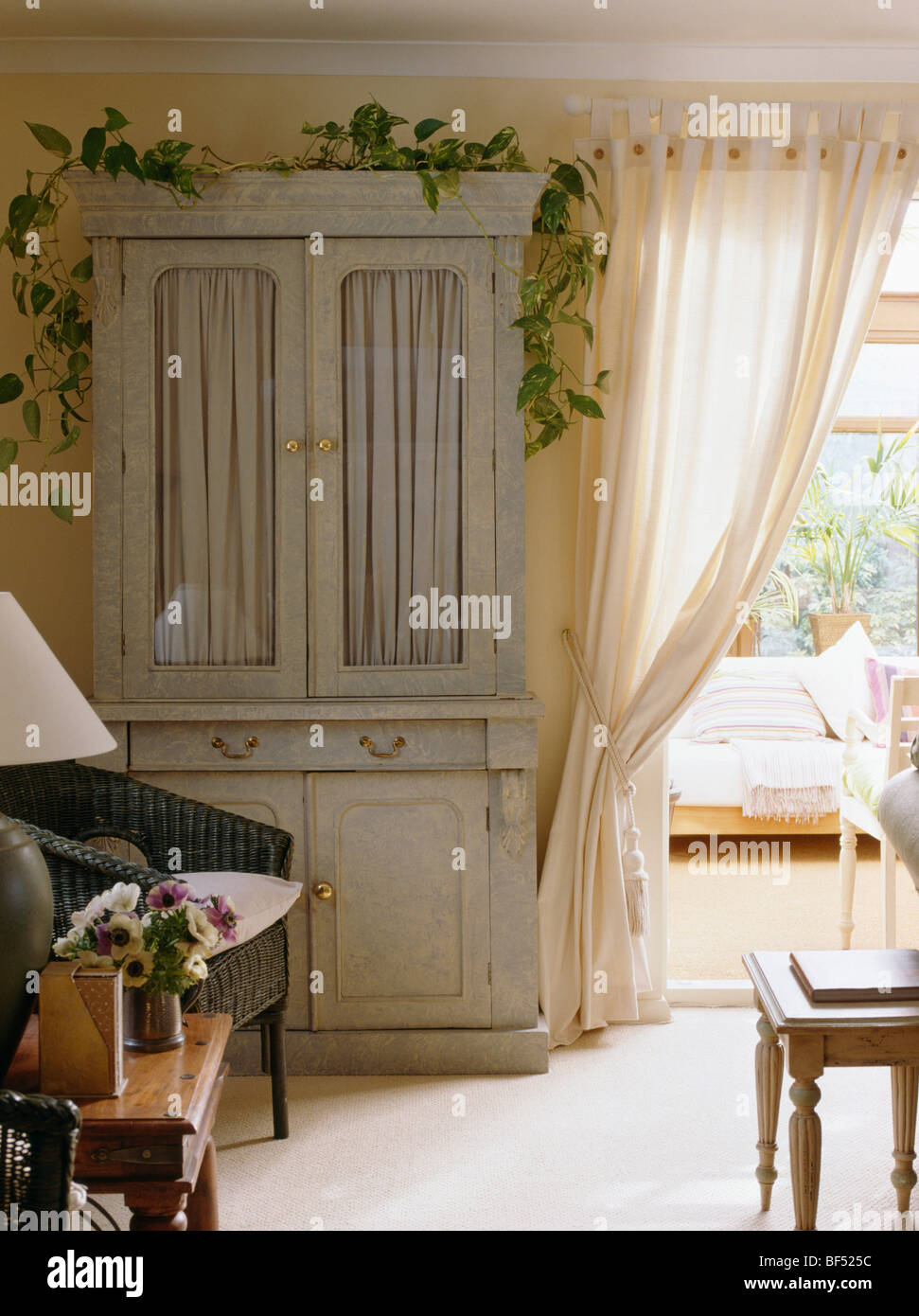 creme land wohnzimmer mit pastell gr252n bemalten schrank