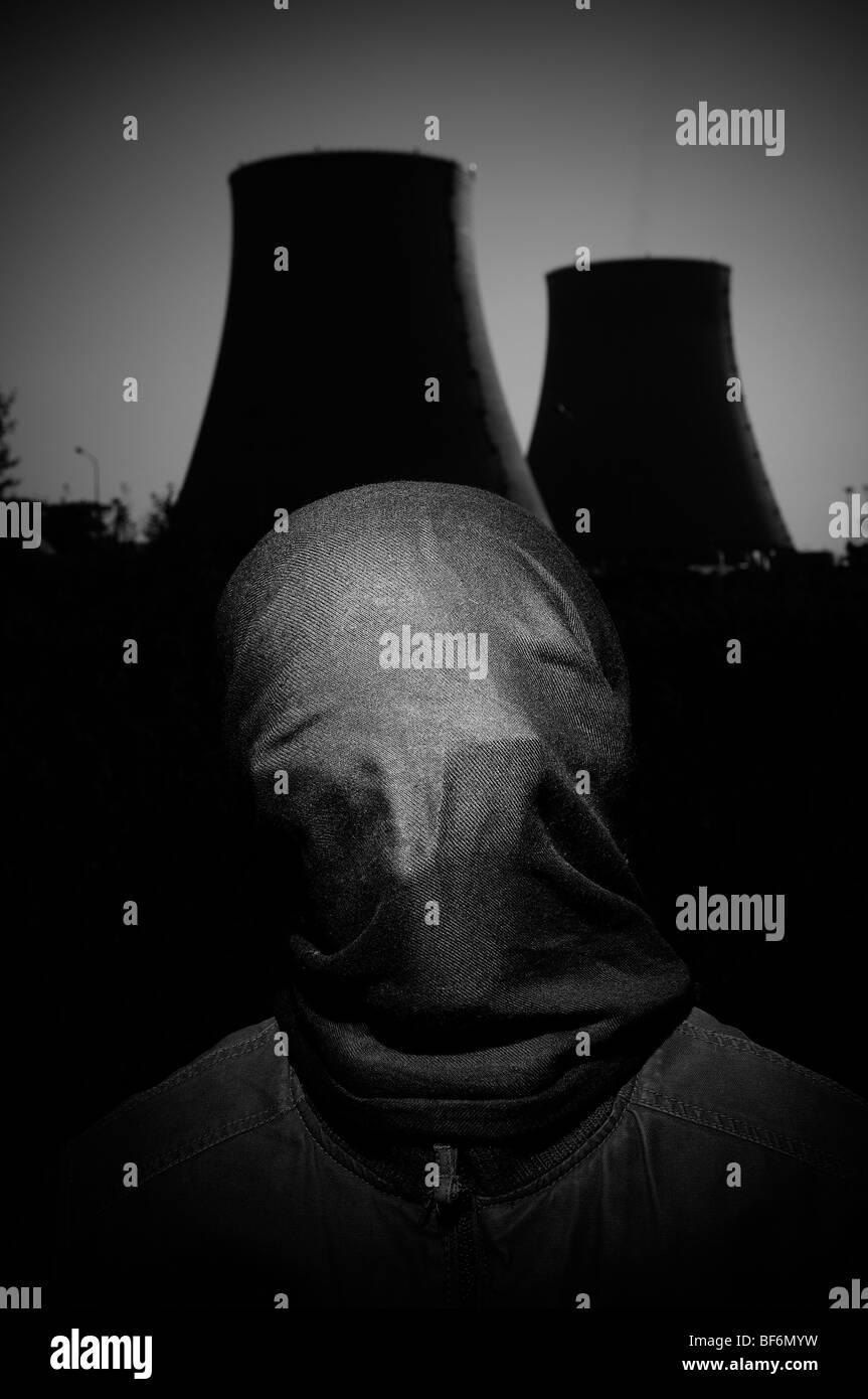 Vermummte Mann in der Nähe von Atomkraftwerk. Stockbild