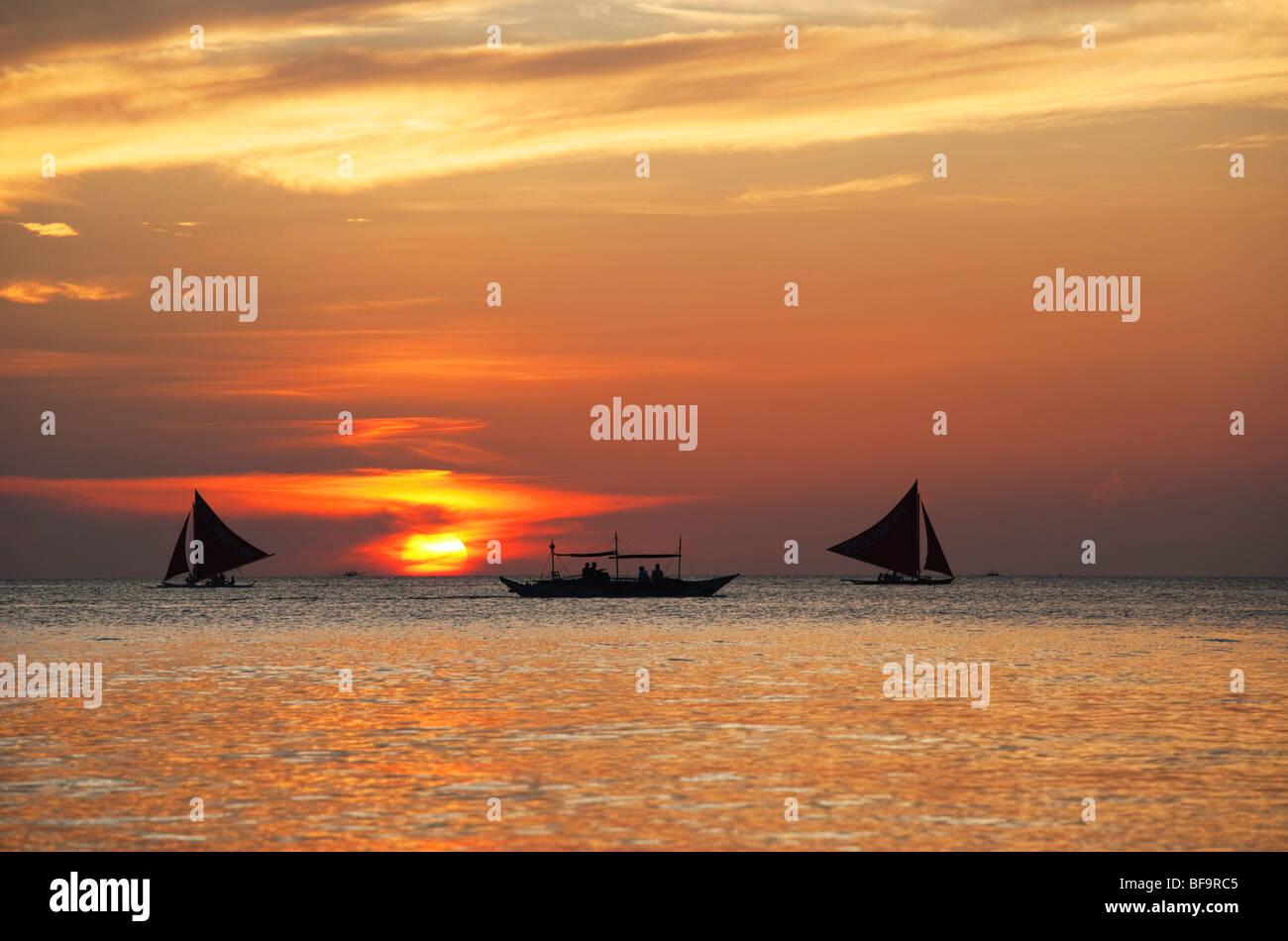 Segelboote bei Sonnenuntergang Boracay; Die Visayas; Philippinen. Stockbild