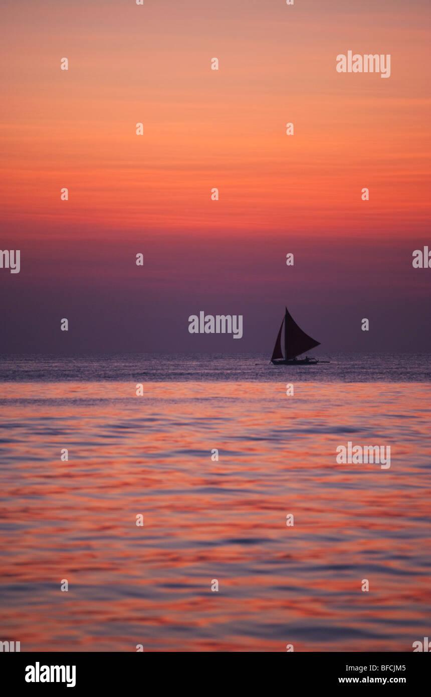 Segelboot im Sonnenuntergang Boracay; Die Visayas; Philippinen. Stockbild