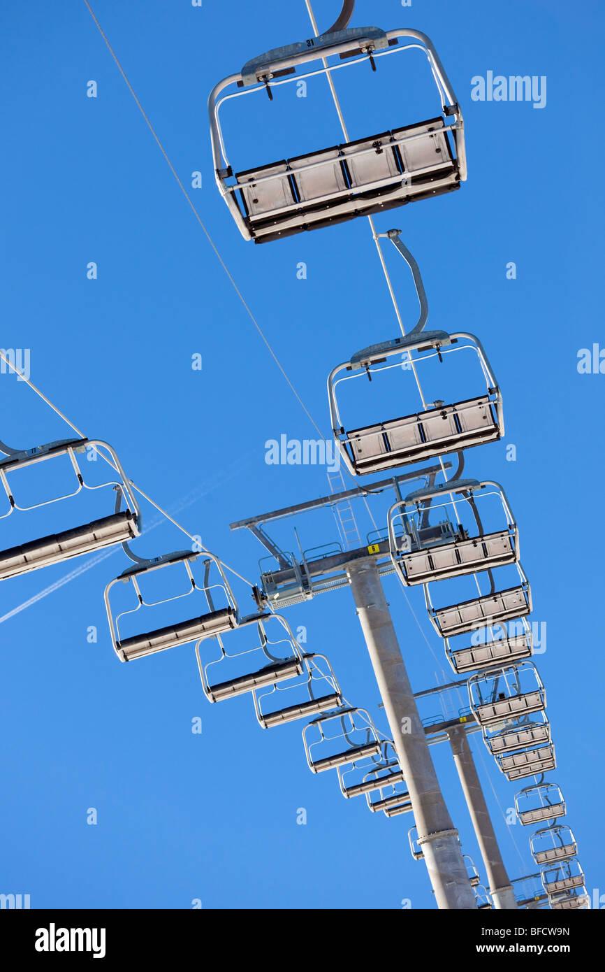 niedrigen Winkel Blick auf ein Sessellift. Stockbild