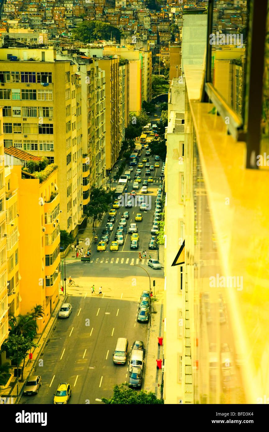 Gelb leuchtet Straßenbild in Copacabana zeigt die Nähe zu den Slums oder Favela. Reichen und Armen leben Stockbild