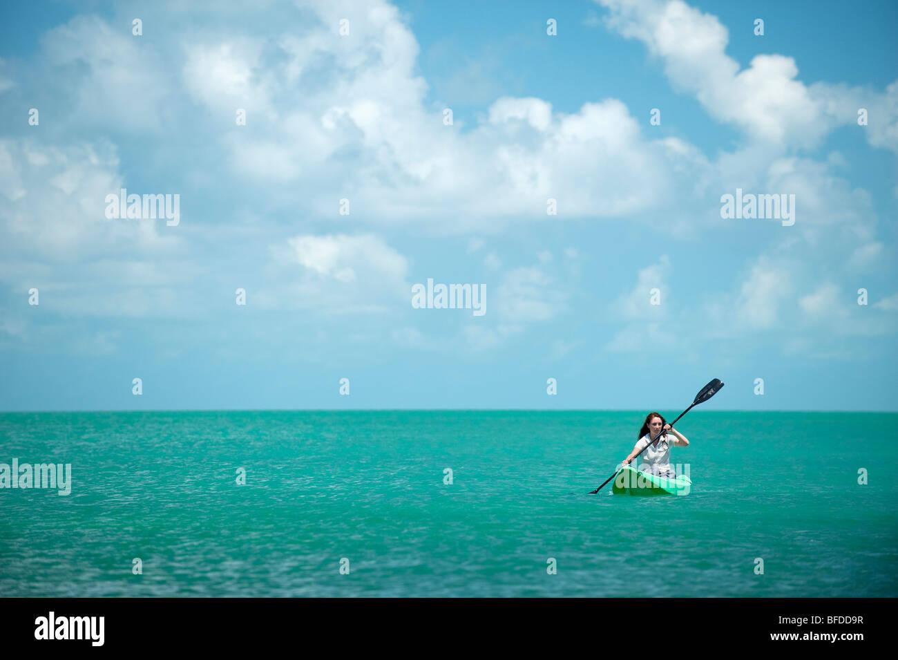 Eine Frau Kajaks in Florida. Stockbild