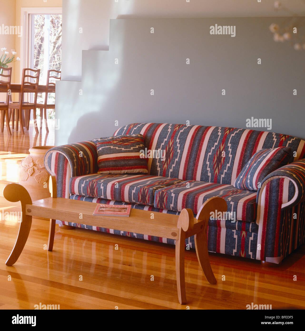 Gemusterten Sofa Und Holz Couchtisch In Blass Grau Modernes Wohnzimmer Mit  Polierten Holzböden