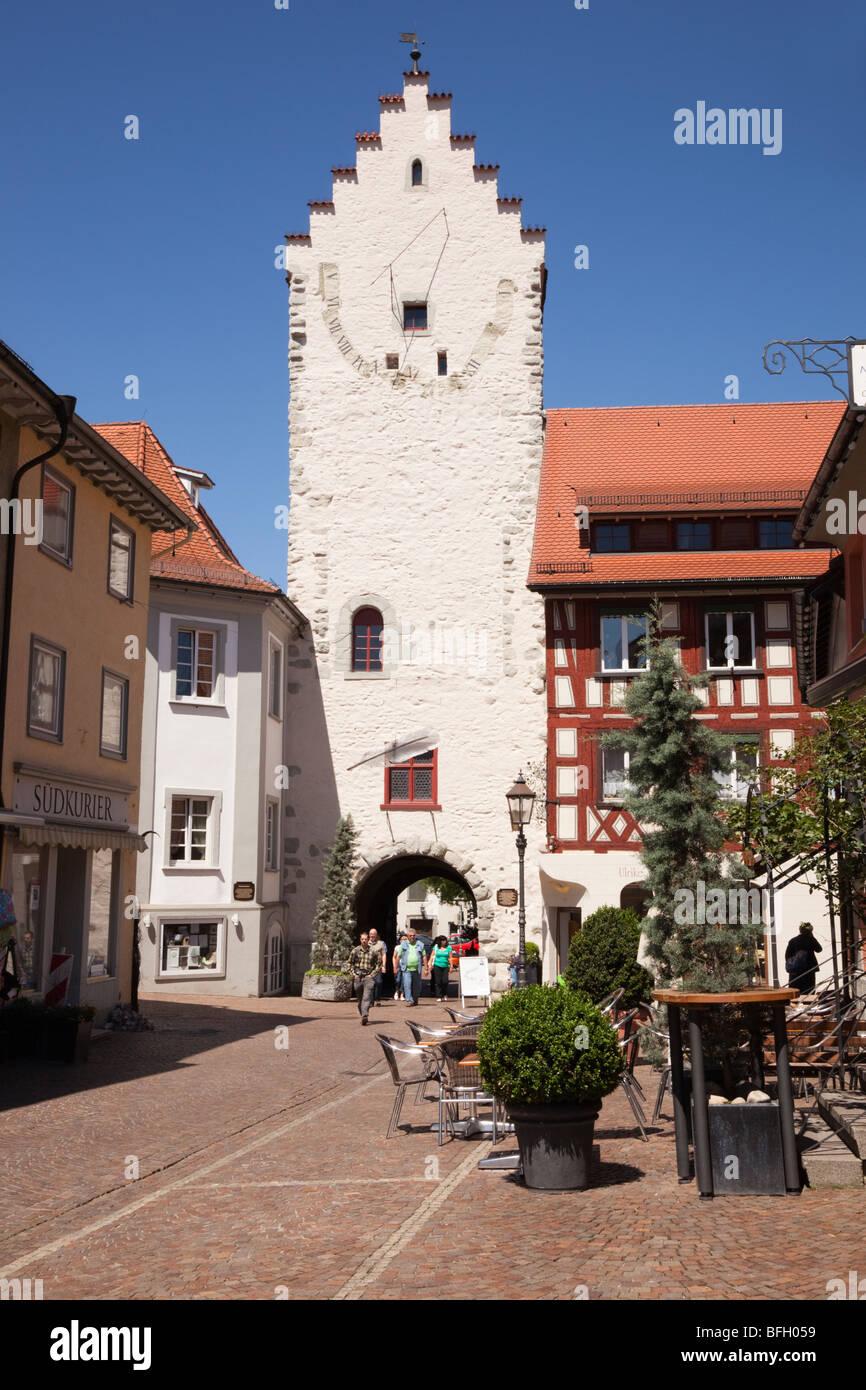 Marktstrasse, Markdorf, Baden-Württemberg, Deutschland. Alten Gateway und große Sonnenuhr auf gepflasterten Stockbild