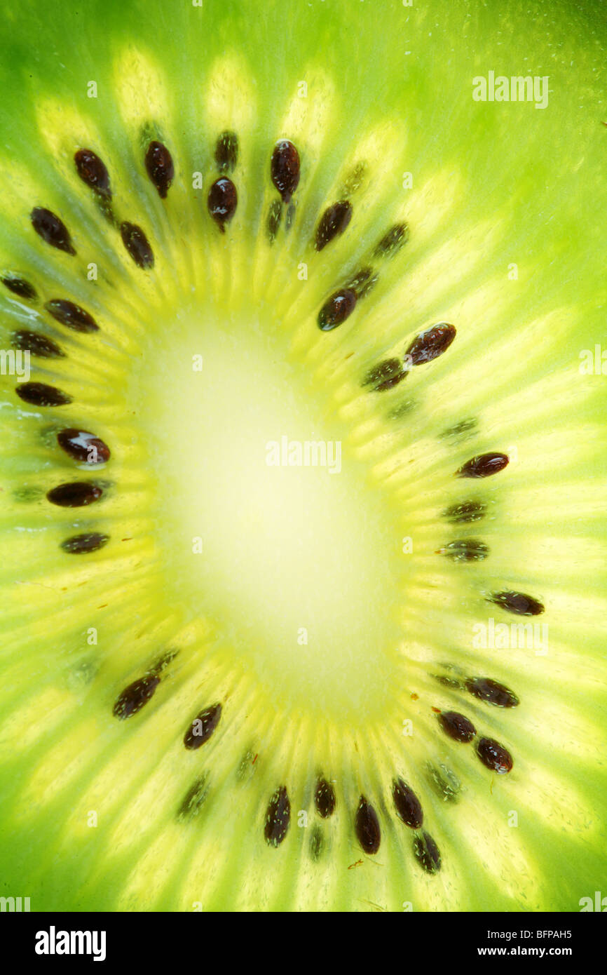 Zurück projiziert (beleuchteten) Querschnitte von kiwi Stockbild