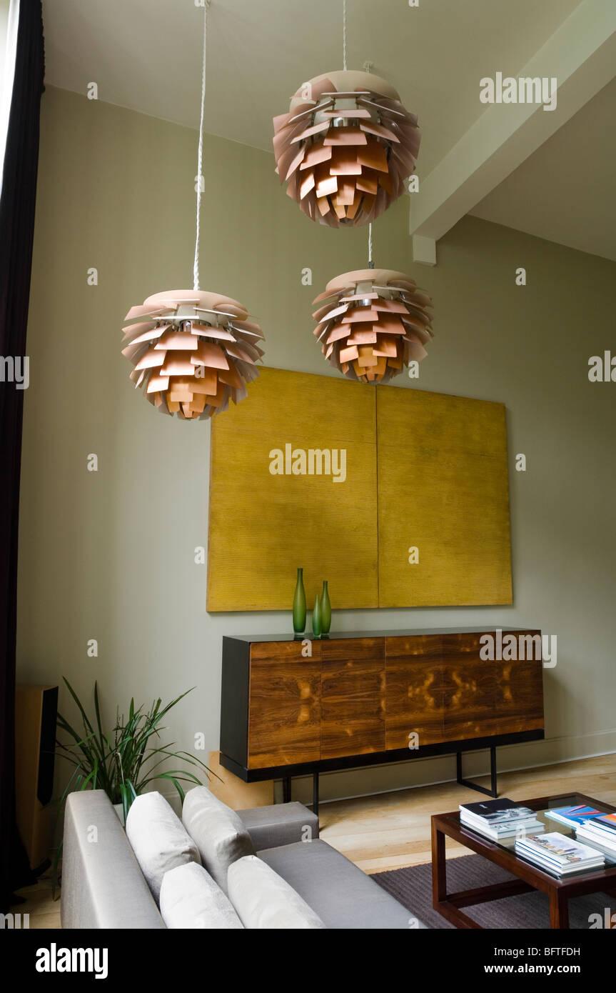 Wohnzimmer mit Sofa und Louis Poulsen Artichoke Lichter Stockbild