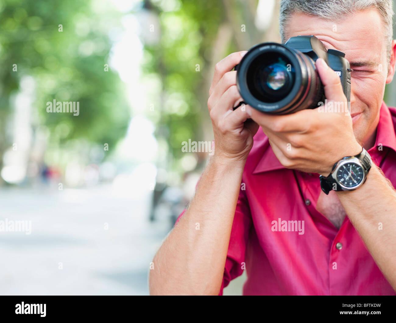 Mann mit Kamera unter Bild Stockbild