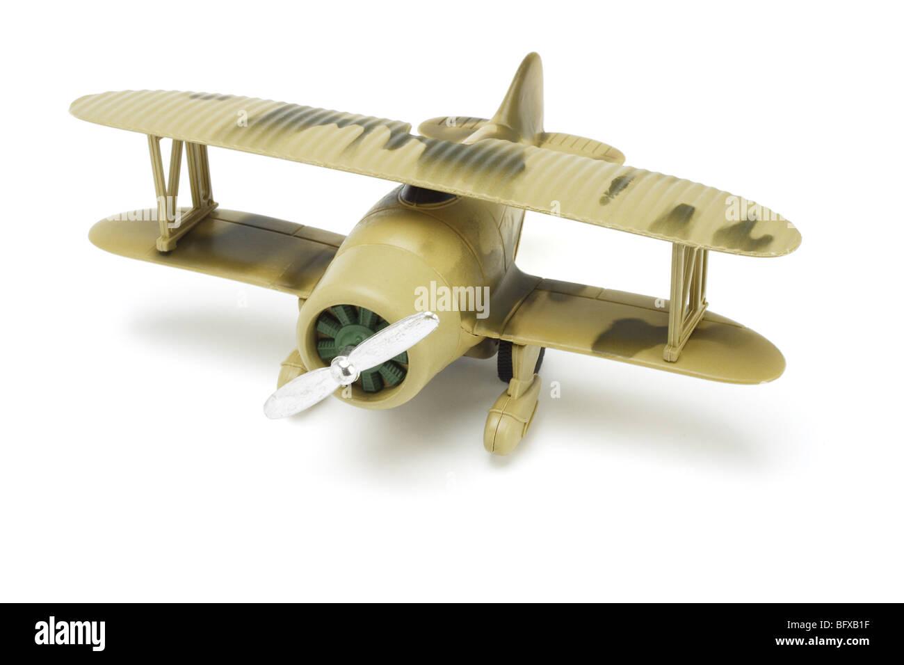 Spielzeug-Militärflugzeuge mit Tarnung Farbe auf weißem Hintergrund Stockbild