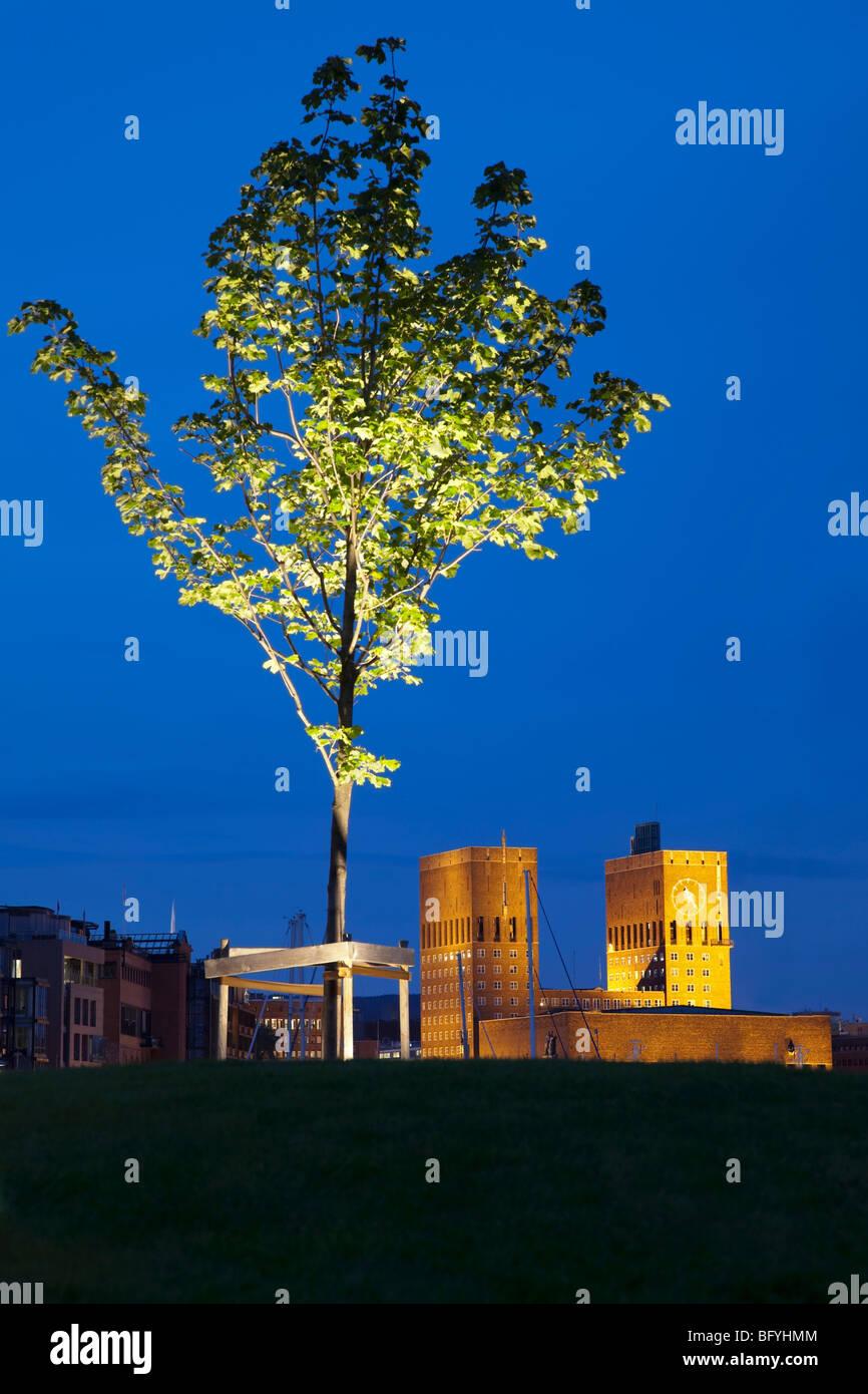 Rathaus von Oslo und Baum auf Aker Brygge Stockbild