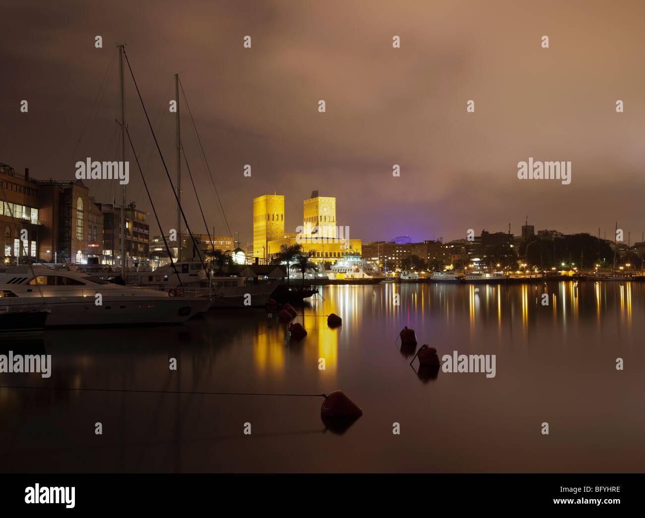 Rathaus von Oslo und Hafen Stockbild