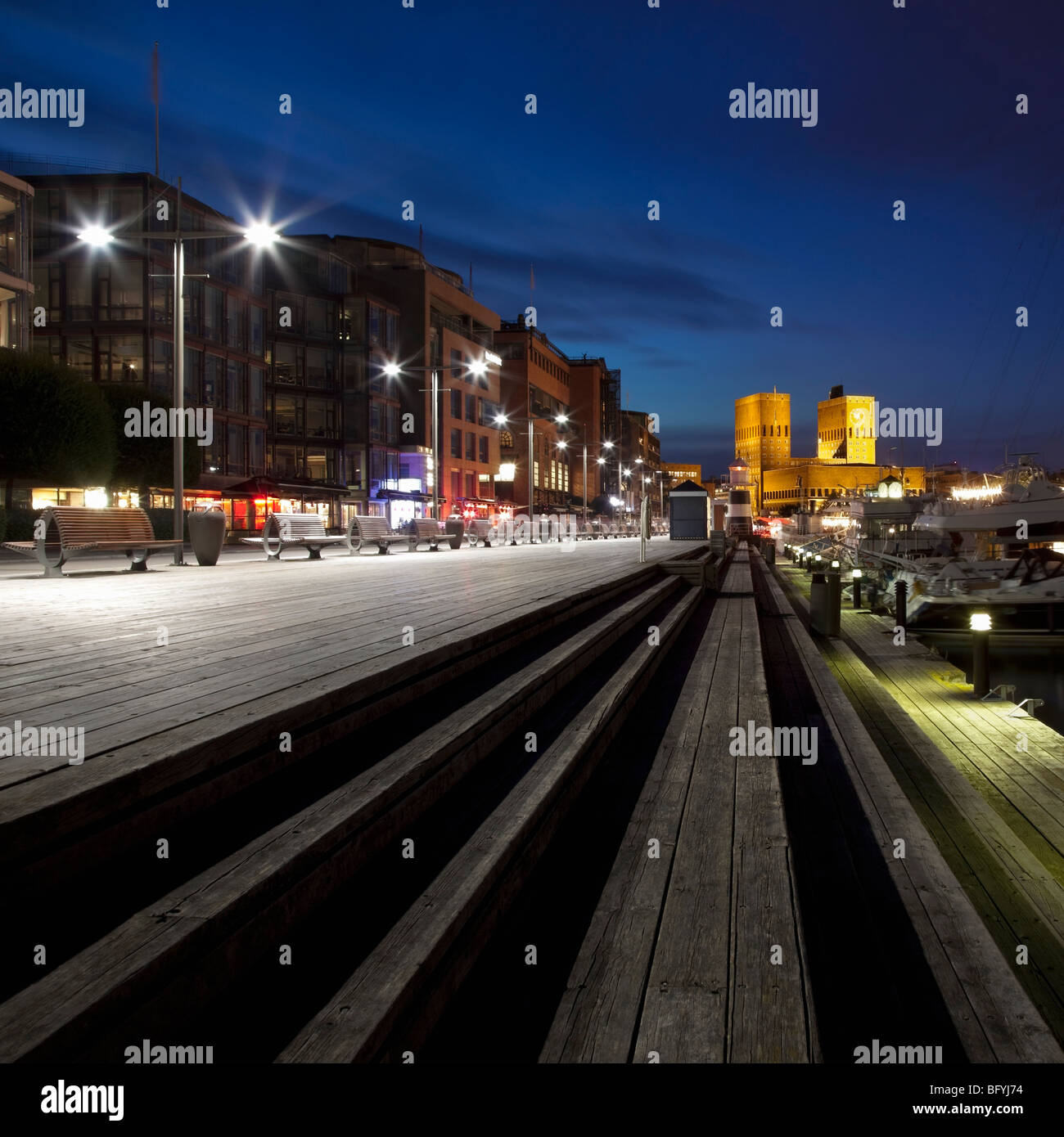 Aker Brygge und Rathaus von Oslo Stockbild