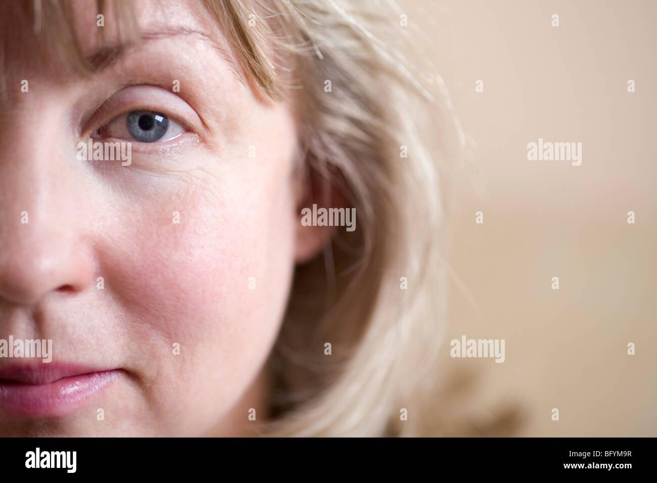 Nahaufnahme von Frau Blick in die Kamera Stockbild