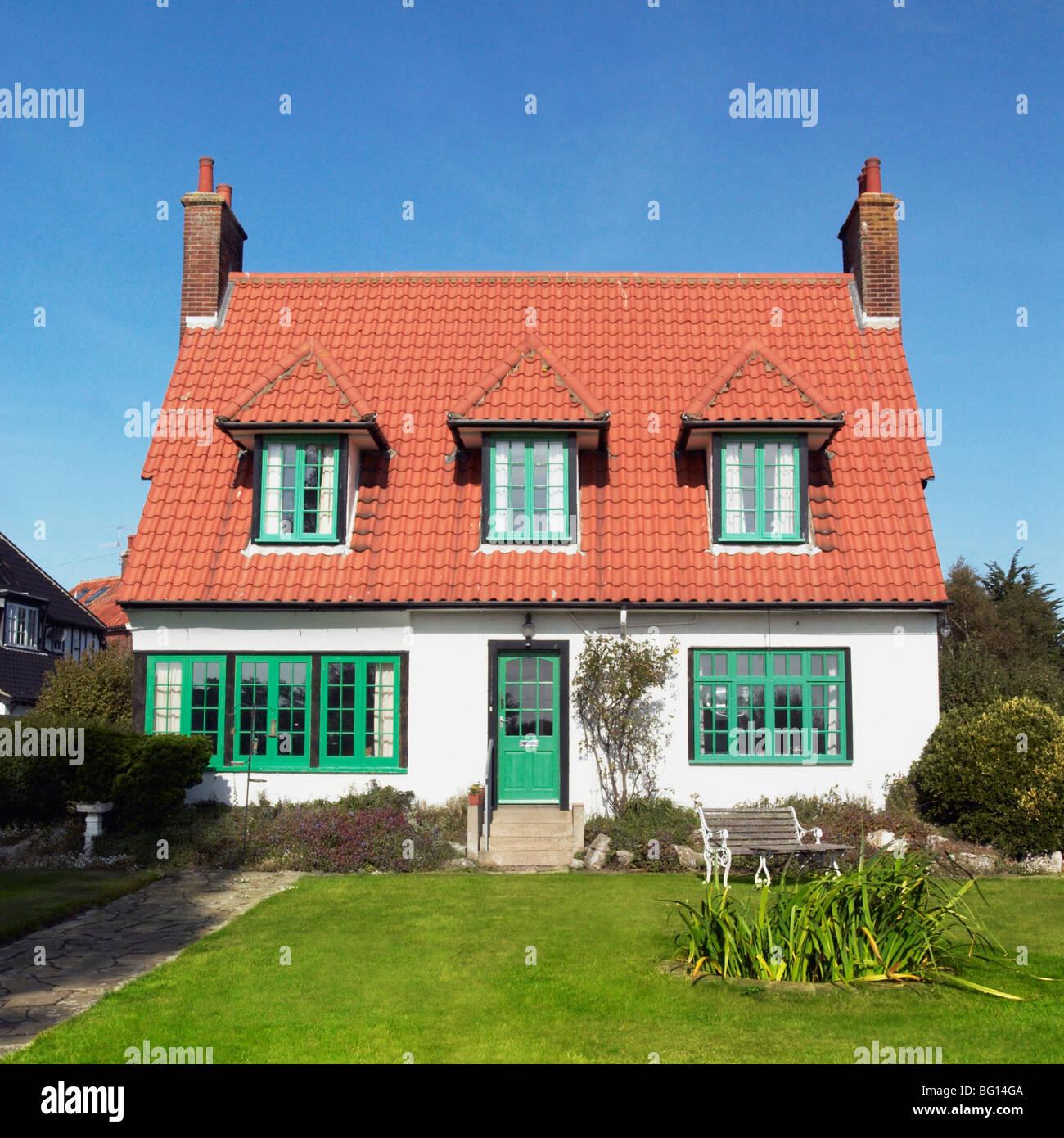 20er Jahre freistehendes Haus und Garten vor dem Haus. Thorpeness, Suffolk, UK Stockbild